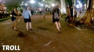 Cận cảnh 2 bạn gái bị troll chạy như vận động viên... xin lỗi 2 bạn nhé!