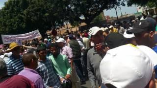 بالفيديو..في موقف غير إنساني..طرد المحامي و الوزير السابق زيان من مسيرة الرباط |
