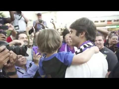 Torcida do Orlando City recepciona Kaká no aeroporto.