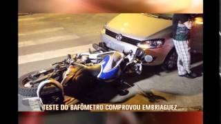 Padre embriagado bate em moto da PM