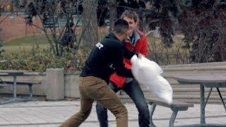 Desafiando estranhos a fazer uma guerra de travesseiros. Veja a reação das pessoas!