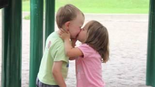 Niños Primer beso en el parque