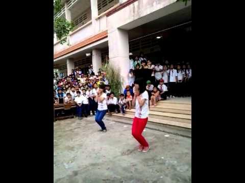 Hai bạn học sinh nhảy bài day by day