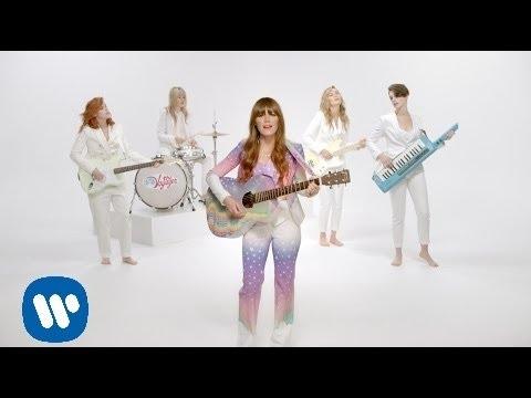 Клип Jenny Lewis - Just One Of The Guys с участием Энн Хэтэуэй, текст песни смотреть онлайн