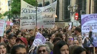 النساء تتظاهرن احتجاجا على حكم الإفراج عن متهمين في قضية اغتصاب فتاة… | قنوات أخرى