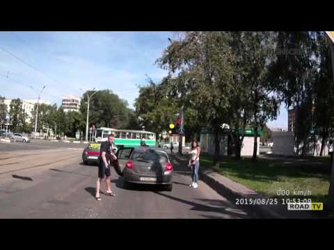 Неадекватный водитель сначала угрожал топором, а потом начал стрелять из пистолета.