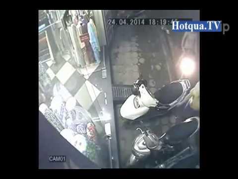 Nữ quái cạy cốp xe Attila trộm túi xách trong tích tắc - Hotqua.TV