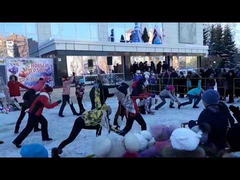 Открыли снежный городок возле ДК Родина Бердска