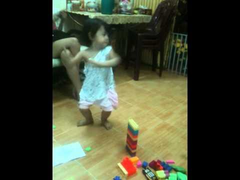 Bé 2 tuổi nhảy bài Con bướm xuân cực hay