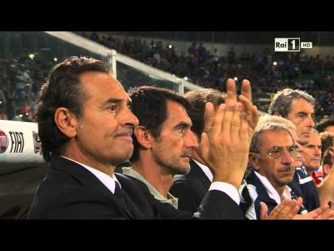 Respect! Italian coach Cesare Prandelli applause Bulgarian anthem and drive the fans to do same.