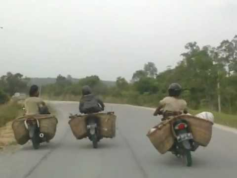 tukang sampah gila, dorong motor teman sambil balapan.mp4