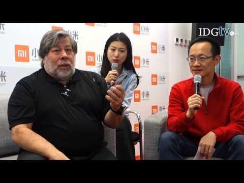 Steve Wozniak, cofundador de Apple, prueba los smartphones Xiaomi