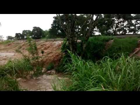 Vídeo Rodovia interditada: Vídeo mostra água invadindo a pista na SP 215