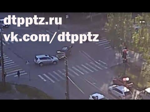 Два кроссовера в лобовую столкнулись на улице Зайцева