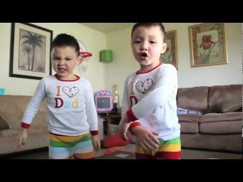 Hodně přísná tancující dvojčata! :D