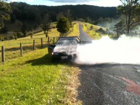 VY LS1 V8 manual tonner ute 200m burnout till radiator explodes. monster skid.