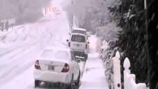 Coches se deslizan en la nieve