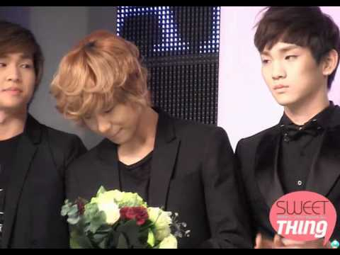 101214 Cute TaeKey + sweet Taemin smelling flowers fancam @ Korea Best Dresser Swan Award
