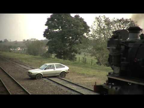 Carro se mata na linha do trem (COMPLETO). Saiba o motivo em