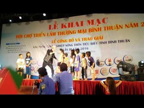 Lâm Chấn Khang tuyển đàn em trên sân khấu