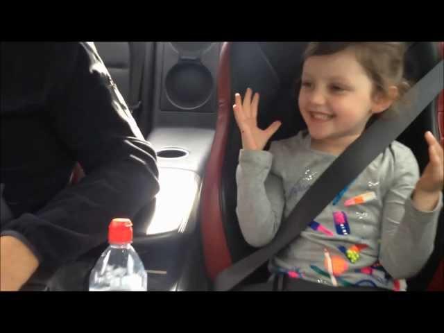 小女孩坐GTR - 唔好話畀媽媽聽!