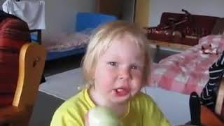 Niño comiendo cebolla