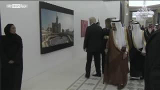 صورة الحرم المكي تثير انتباه الرئيس الأميركي وزوجته |