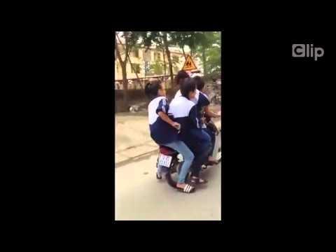 Nữ sinh đi xe kẹp 5, phóng bạt mạng trên đường làng