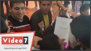 Hao123-بالفيديو.. مواطنون يحاولون الحصول على توقيع محمود بدر على الدستور