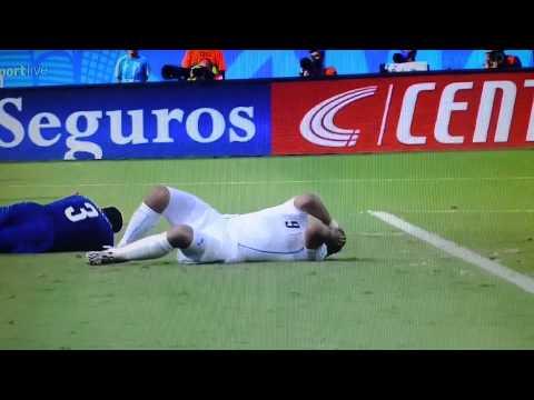 Luis Suarez bites Chiellini - Italy vs Uruguay 0-1 - World Cup Brazil 2014 Suarez bite chiellin
