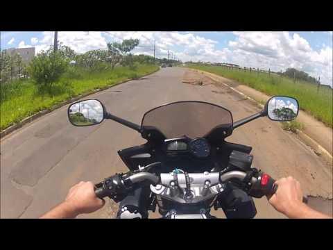 Vídeo Vídeo mostra dificuldade de um motociclista em desviar dos buracos na Miguel Petroni