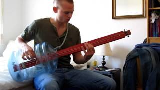 Orang ini membuat gitar bas dari galon