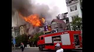 Hà Nội: Cháy lớn thiêu sập nhà 5 tầng ở đường Âu Cơ