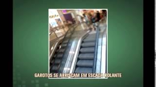 Crian�as se arriscam com brincadeiras em escada rolante de shopping