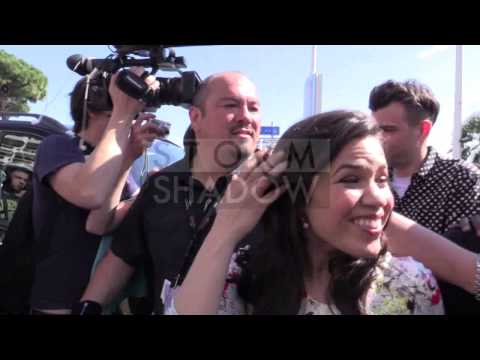 Crazyness ! Part of Dragon 2 cast America Ferrera, and the DRAGON surrounded by the crowd.