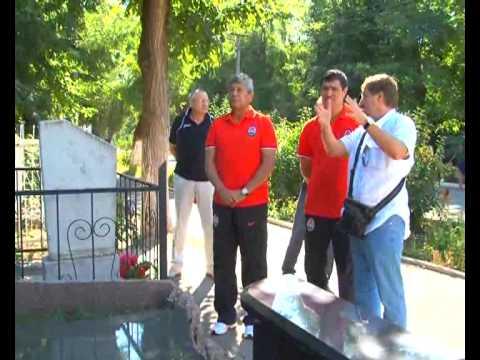 Мирча Луческу на могиле Прокопенко_28.08.11