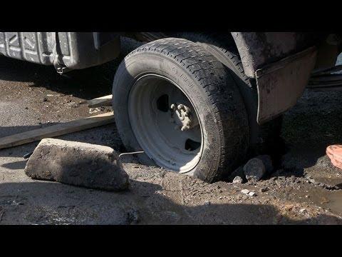 В Житомире асфальт на тротуаре провалился вместе с грузовым автомобилем - Житомир.info