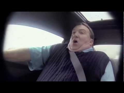 El legendario corredor de Nascar Jeff Gordon le hace una broma a un vendedor de autos.