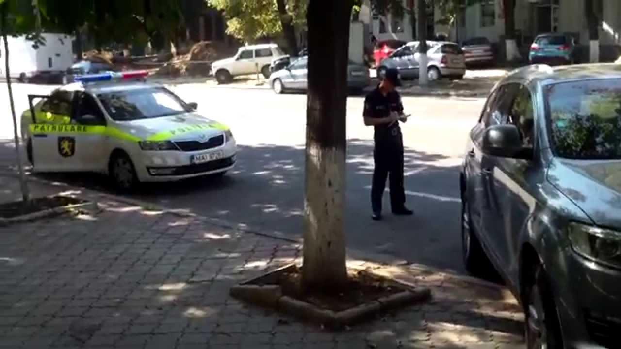 Poliția, uneori, aplică și amenzi pentru parcare ilegală