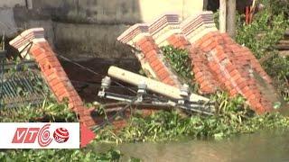 Kinh hoàng nhà sụp xuống sông, 3 người thoát chết | VTC