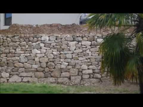 construction d 39 un mur de soutenement en pierre youtube. Black Bedroom Furniture Sets. Home Design Ideas