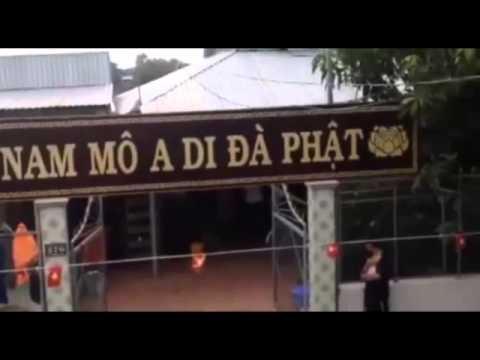 Video: Người dân An Giang phản đối CA tự tiện treo cờ đỏ trước nhà