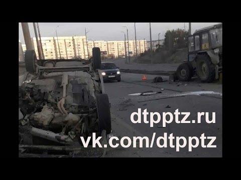 Утром на Лесном проспекте легковой автомобиль перевернулся после столкновения с трактором