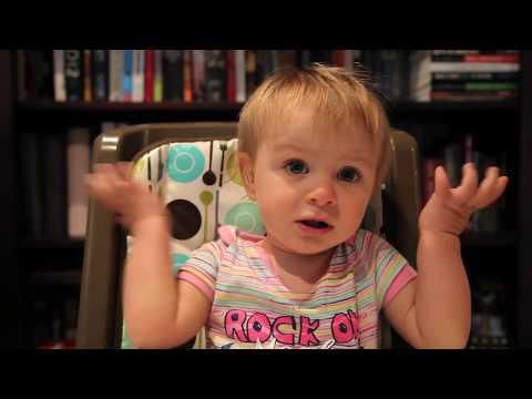 فيديو طريف جداً لأب يحاول إقناع ابنته بأن تفضله على أمها