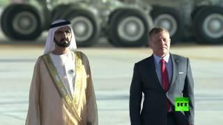 بالفيديو.. حاكم دبي محمد بن راشد آل مكتوم يتعثر على سلم الطائرة في عمان