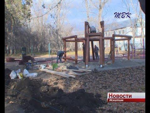 Детскую площадку из дерева установили в спортивной зоне искитимского парка