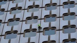 """""""الرجل العنكبوت الفرنسي"""" يتسلق برجا شاهقا"""
