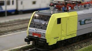 Modelleisenbahn der Toskana in Italien mit Hochgeschwindigkeitszug Frecciarossa von Trenitalia