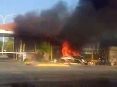Policia quema entrada de Casas Bote B (Anzoategui Venezuela) 05/03/2014