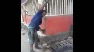 Se le caen los pantalones quemando un neumático